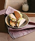 Waffel-Sandwiches mit Schokoladenglasur, Ricotta-Orangen-Creme und Pistazien