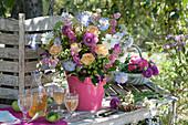 Spätsommerstrauß aus Skabiosen, Rosen, Rittersporn, Fenchel und Dahlie