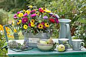 Gesteck aus Sommerastern, Sonnenhut, Salbei und Ringelblumen