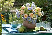 Strauß aus Rosen, Skabiosen und Fenchelblüten