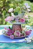 Rosenblüten, Rittersporn, Wicken und Birne in selbstgebauter Etagere