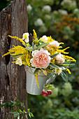 Kleiner Strauß aus Rosen, Goldrute, Kapuzinerkresse und Salbei