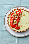 Avocado and strawberries tart with flaked almonds