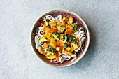 Reisnudeln mit Gemüse-Curry-Sauce und Tofu
