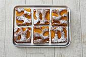 Haselnuss-Pfirsich-Schnitte aus Wunderteig