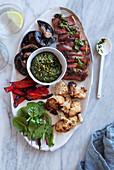 Sirloin Steak mit Röstgemüse und Kräuterdip (Low Carb)