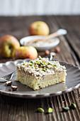 Ein Stück Apfel-Baiser-Kuchen vom Blech