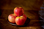 Rote Äpfel auf Teller
