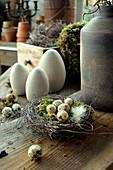 Osternest mit Wachteleiern und Keramikeier