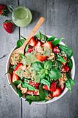 Quinoasalat mit Erdbeeren, Spinat und Avocadodressing (Aufsicht)