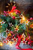 Fensterplätzchen als Baumanhänger zu Weihnachten