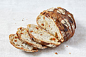Tomaten-Mohn-Brot, einige Scheiben abgeschnitten