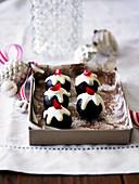 Weihnachtliche Plumpudding Trüffel mit weisser Schokolade und Belegkirsche
