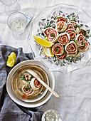 Festliche Lachsröllchen mit Dill und Zitronenspalten (Aufsicht)
