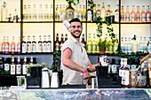 Junger Barkeeper in der Arbeit