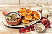 Kartoffel-Sauerkraut-Puffer mit Pilzsauce