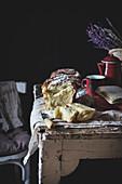 Süsser Briochekuchen mit Puderzucker auf rustikalem Holztisch