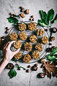 Herbstliche Frühstückskekse mit Kürbis und Gewürzen auf Abkühlgitter (Aufsicht)