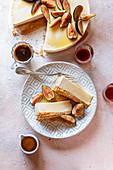Ricotta-Käsekuchen mit Feigen und Ahornsirup (Aufsicht)