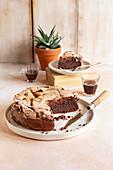 Schokoladenkuchen mit Schoko-Baiserhaube, angeschnitten