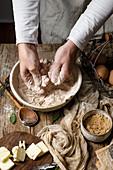 Kürbis-Scones zubereiten: Teig mit den Händen kneten