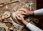 Kürbis-Scones zubereiten: Teig zur Kugel formen
