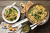 Pasta with spinach and walnut pesto
