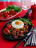 Hash mit Tomaten, grünen Bohnen und Spiegelei (USA)