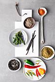 Verschiedene Gewürze für One-Pot-Gerichte (Aufsicht)