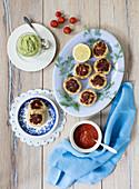 Crab Cakes mit Tomatensauce und Avocadodip (Aufsicht)