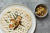 Vegane Frühlingszwiebel-Waffeln mit Sesamsamen