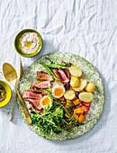 Salat mit Steakstreifen und Thunfischdressing