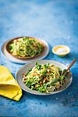 Spaghetti mit Erbsen, Salat und geröstetem Knoblauch