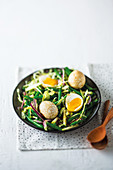 Chinesische Soja-Tee-Eier auf Salat