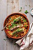 Lachs mit Basilikum-Parmesan-Kruste auf Pasta mit Tomatensauce und Chorizo
