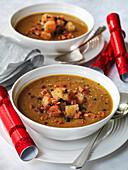 Weihnachtliche Kastaniencremesuppe mit Croutons und Lardo