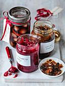 Cranberrychutney, eingelegte Zwiebeln und Mincemeat in Einmachgläsern