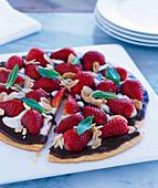 Erdbeer-Schokoladen-Pizza mit Mandelblättchen