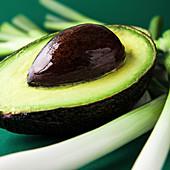 Avocado, halbiert, mit Kern