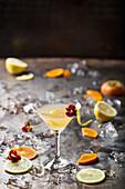 Cocktail mit Kaki, Zitronen und Essblüte