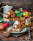 Apfel-Walnuss-Blondies mit Vanilleeis