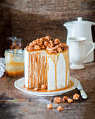 Vertikaler Honigkuchen mit Sauerrahm und Karamell
