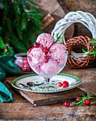 Cranberry-Eis mit Mascarpone