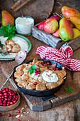 Birnen-Apfel-Cobbler mit Cranberries