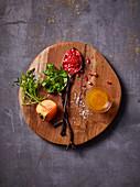 Zutaten für einen Salat mit frischen Früchten