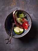 Zutaten für einen Salat mit Apfel und Granatapfelkernen