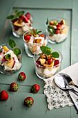 Erdbeeren und Nektarinen mit Mascarponecreme im Glas