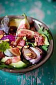 Feigensalat mit Speck, Avocado, roten Zwiebeln und Pinienkernen