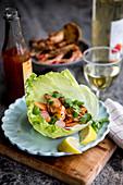 Gegrillte Ingwer-Garnelen serviert im Salatblatt