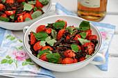 Erdbeeren mit geraspelter dunkler Schokolade und Zitronenmelisse